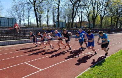 Blue League to jeden z projektów stowarzyszenia I Ty Możesz Być Wielki. Polega na organizowaniu mini-zawodów w kilku dyscyplinach lekkoatletycznych. Zwłaszcza tych technicznych. Dla amatorów to niepowtarzalna okazja, aby sprawdzić się w konkurencjach, które na co dzień nie są dostępne. W tym roku cykl odbywa się na stadionie Międzyszkolnego Ośrodka Sportu Kraków-Wschód, czyli na stadionie Krakusa Nowa Huta. - W poprzednich latach organizowaliśmy zawody na różnych obiektach, ale w tym roku MOS Kraków-Wschód włączył się w to przedsięwzięcie. Poza tym w Nowej Hucie jeszcze nie byliśmy - mówi Piotr Kotwica, koordynator zawodów